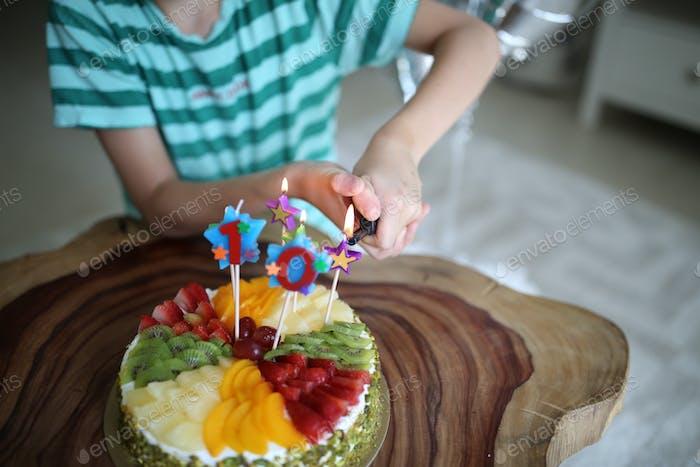🌟 Nominiert 🌟 Kerzen mit Nummer zehn auf einem Geburtstagskuchen anzünden