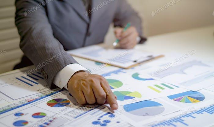 Datos de análisis de personas de negocios en la hoja de cálculo