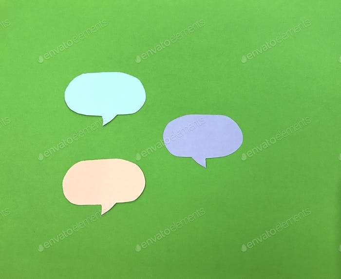 Burbujas de diálogo sobre fondo verde