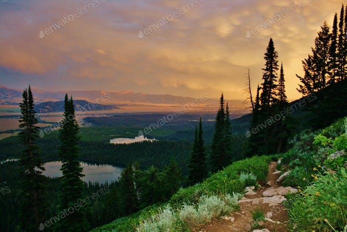 Böser Sonnenuntergang nach den Waldfeuern in Idaho.