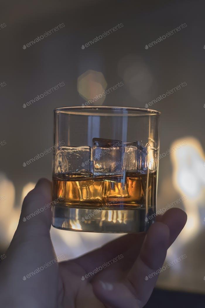 Whisky auf Eis durch das Feuer Porträt Handheld