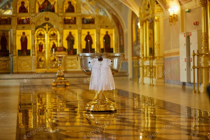 Orthodoxe Kirche vor der Taufe eines Babys