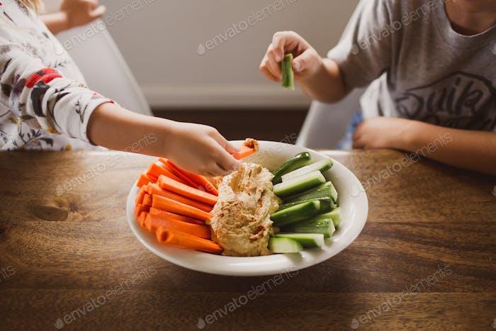 Kinder essen gesunden Snack