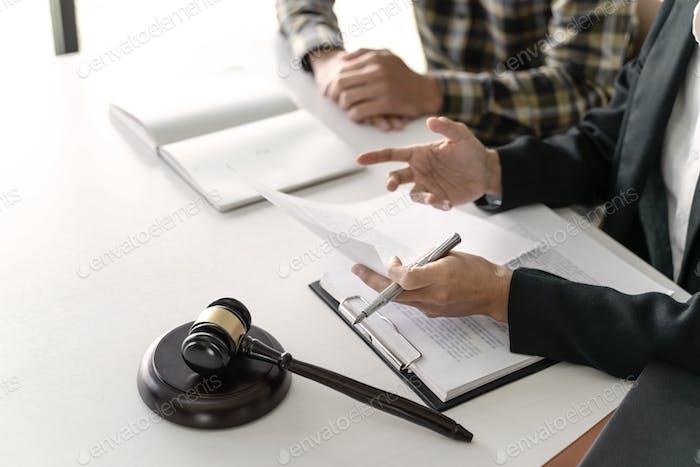 Negociación de abogados y clientes en consultoría de juicios jurídicos.