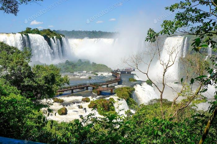 Die atemberaubenden Iguazú-Wasserfälle in Brasilien.