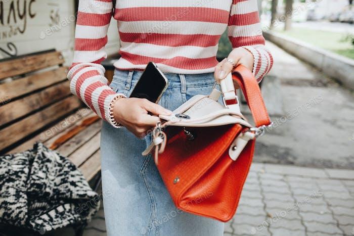 Frau hält eine Geldbörse