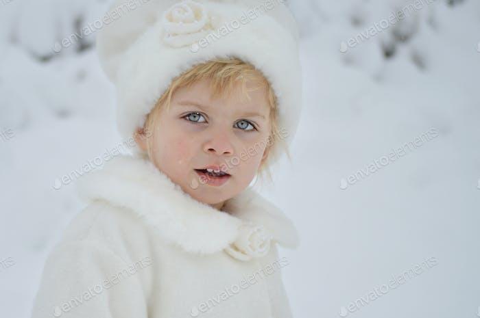 Mi hija, de 3 años, jugando en una nieve Montana recién caída.