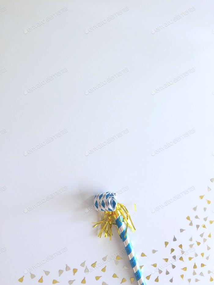 Feier. Goldener und blauer Blowout. Hintergrund mit Kopierraum - Negativer Raum für Text. Minimali