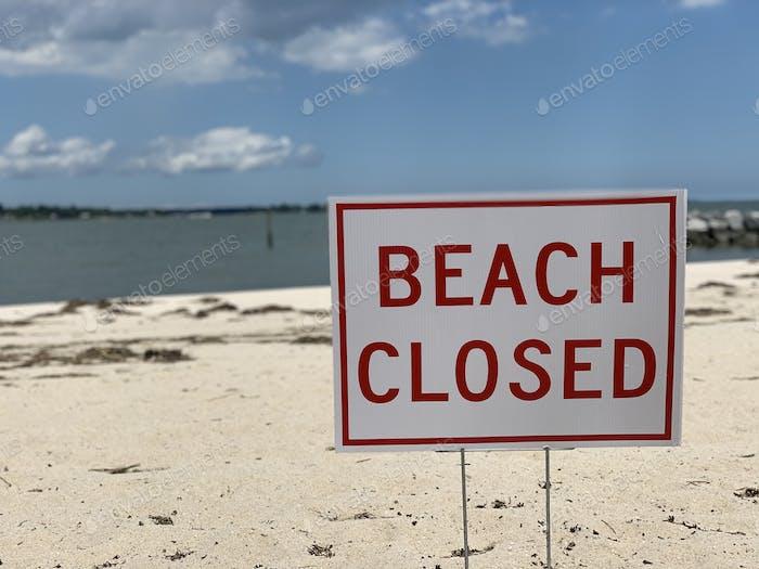 Strand geschlossen Zeichen während Covid19 Pandemie als Maßnahme, um die Ausbreitung von Covid19 enthalten.