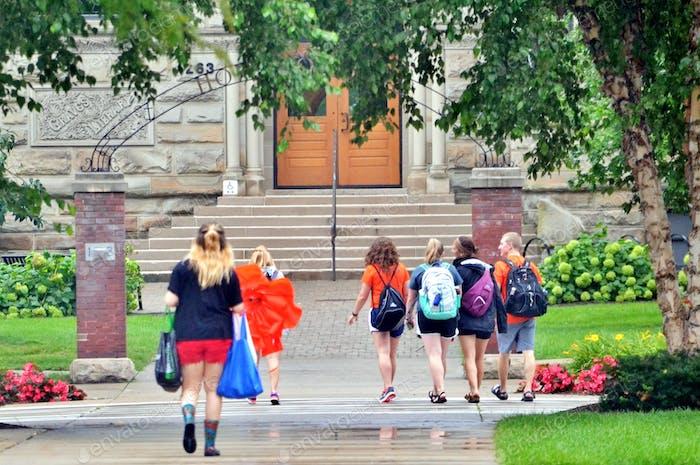 ¡  Estudiantes universitarios en el campus en su camino a la educación superior de clase!