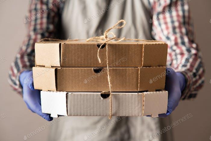Cajas de cuidado en las manos de un hombre