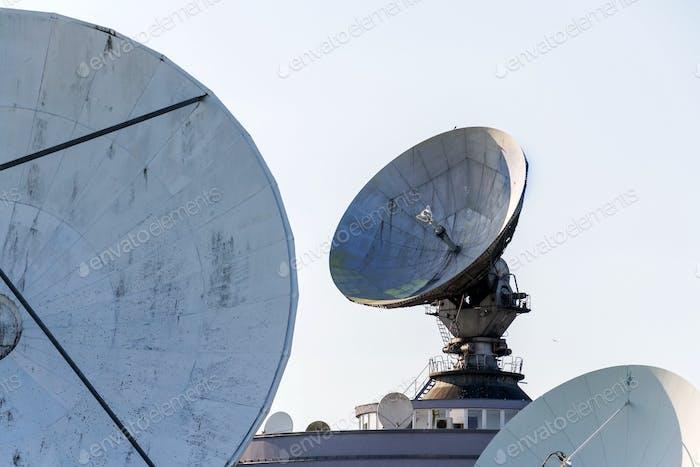 Radarantenne auf Satellitenverbindungen Zentrum