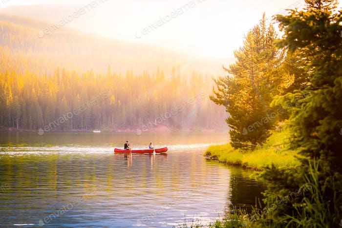 El verano pasado aventura en canoa en un lago de montaña en Montana.