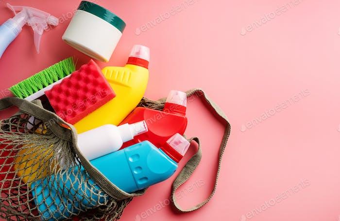 Reinigungsprodukte und Haushaltsführung. Sanitärflaschen und Reinigungsgeräte in umweltfreundlichem Netzbeutel