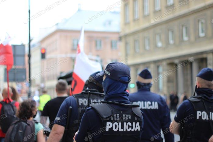 Policía, oficiales, escena callejera, manifestaciones, manifiesto.
