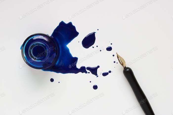Botella de tinta y bolígrafo