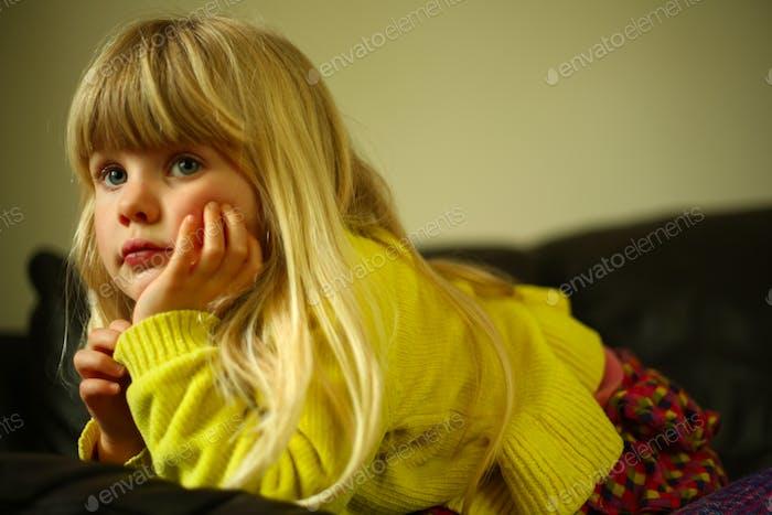 Ребенок выглядит скучно или вдумчиво