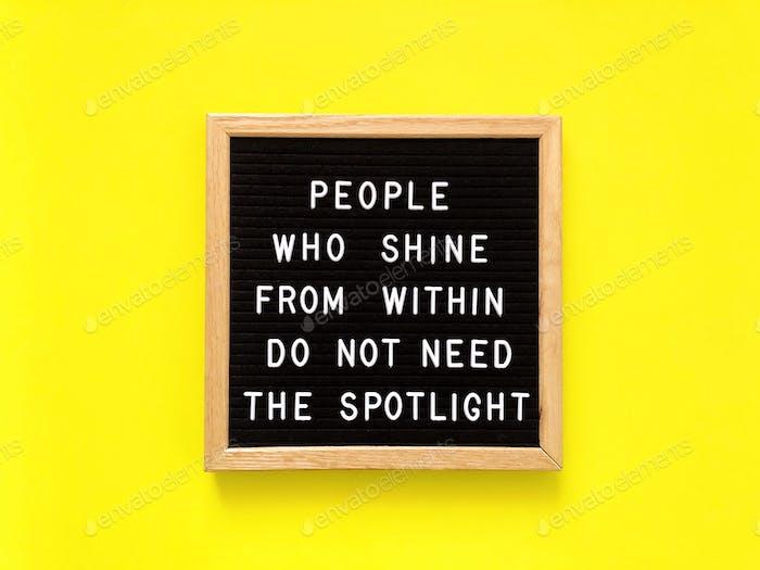 Menschen, die von innen scheinen, brauchen das Rampenlicht nicht