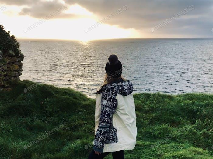 Atemberaubender Sonnenuntergang auf einem Moor in Irland