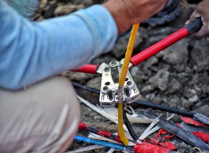 Infrastruktur von Abu Dhabi Alle elektrischen Leitungen der Stadt sind unterirdisch