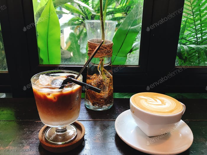 Eiskaffee und Heißkaffee. Kaffee-Kunst. Latte. Cappuccino. Kaffee-Zeit. Kaffee und Tee