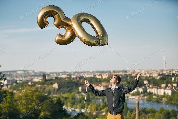 Hombre celebra treinta años de cumpleaños