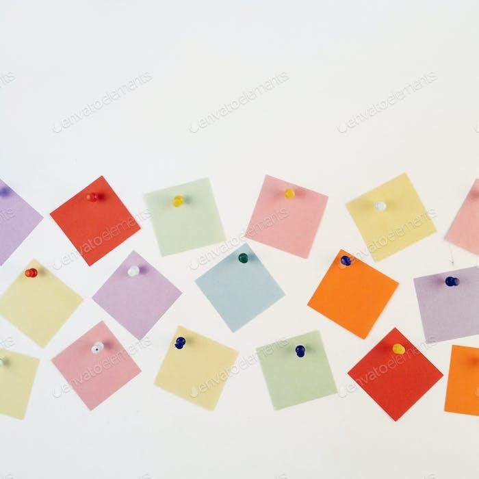Mehrfarbige Haftnotizen auf weißem Hintergrund.