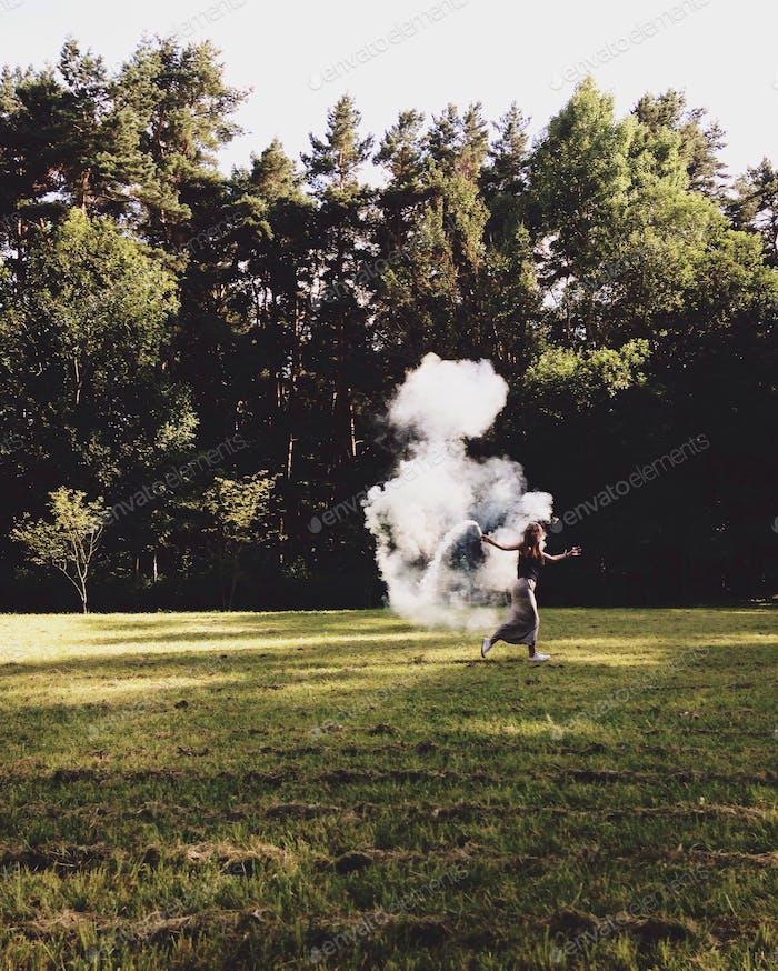 Mädchen mit Rauchbombe