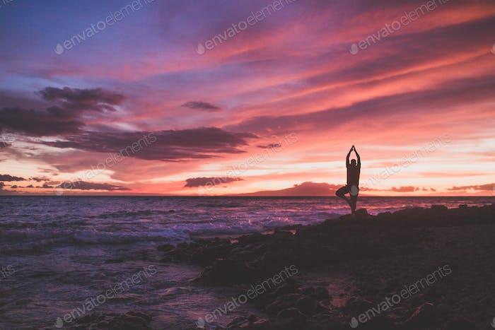 Puesta de sol en la playa de yoga
