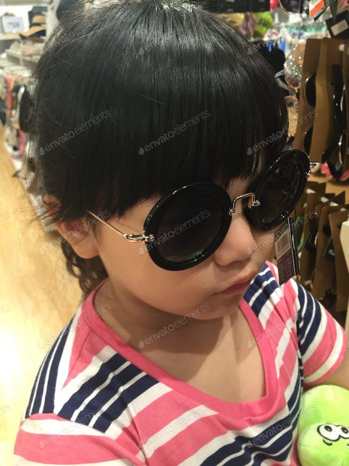 versuchen Brille im Einkaufszentrum