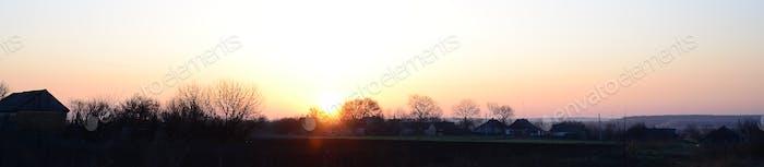 Рассвет в деревне. Восход солнца в загородном ландшафте