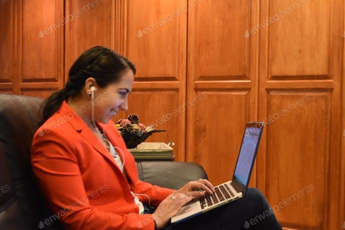 Молодая деловая женщина, работающая на ноутбуке дома