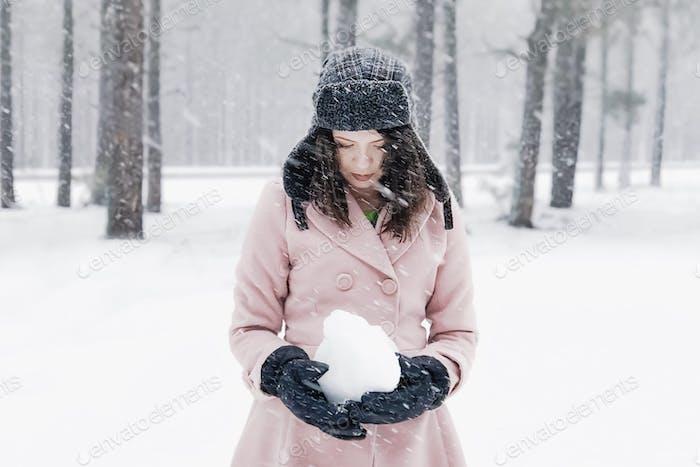 Mädchen in unruhigen Schnee