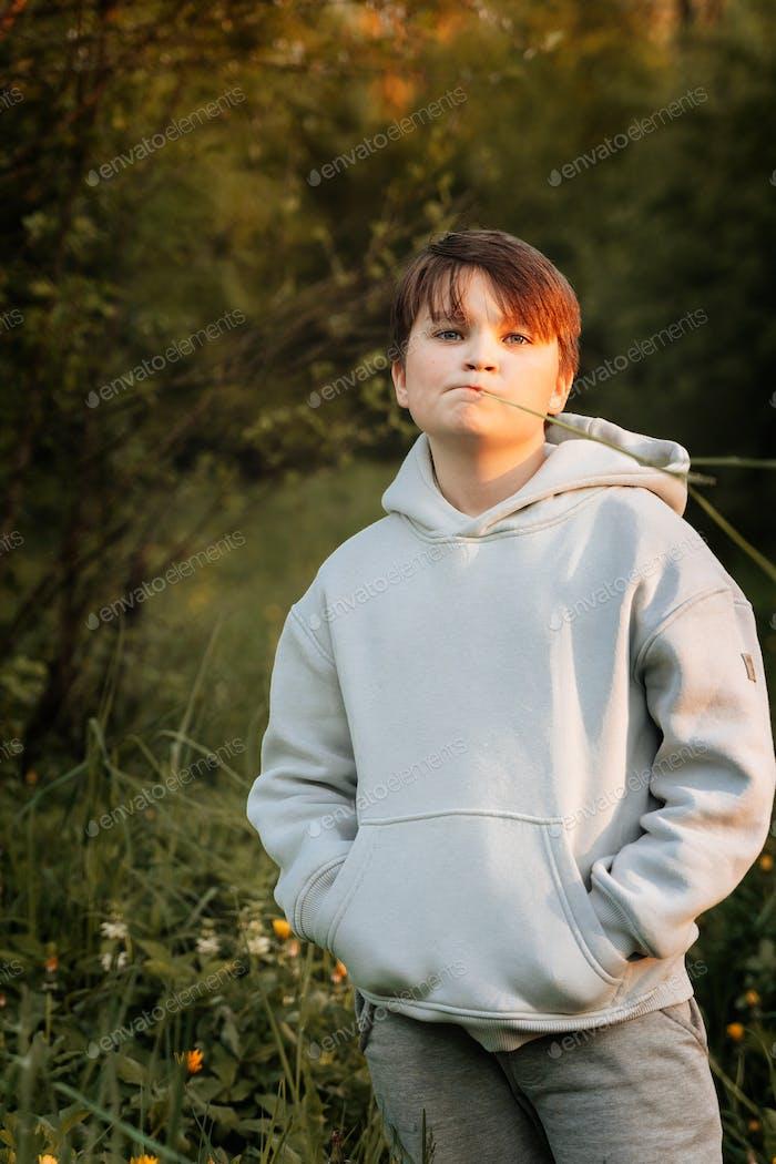 Retrato de chico lindo mirando a la cámara