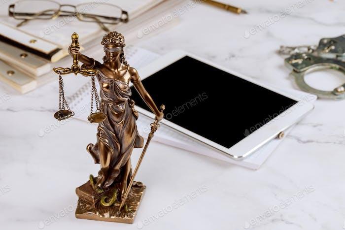 Rechtsanwalt Statue of Justice mit Waagen Anwälte Symbole Büro arbeiten an einem digitalen Tablet