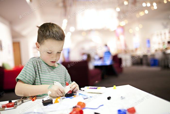 Kinder gehen Kunst und Handwerk