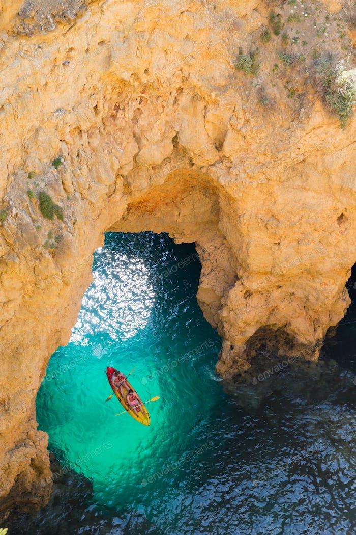 Kajakfahren durch Grotten in Lagos, Portugal