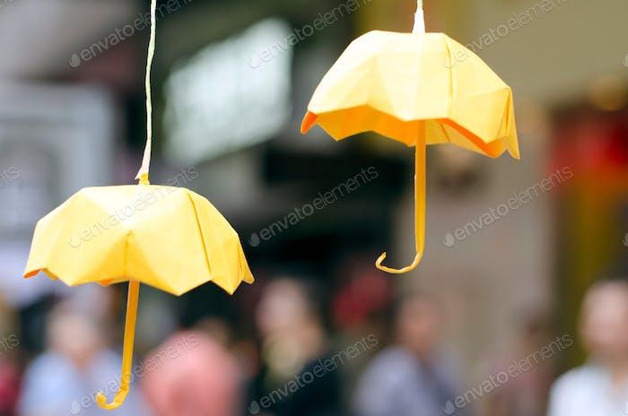 Paraguas de papel en Hong Kong durante la revolución de los paraguas. Amarillo. Origami.