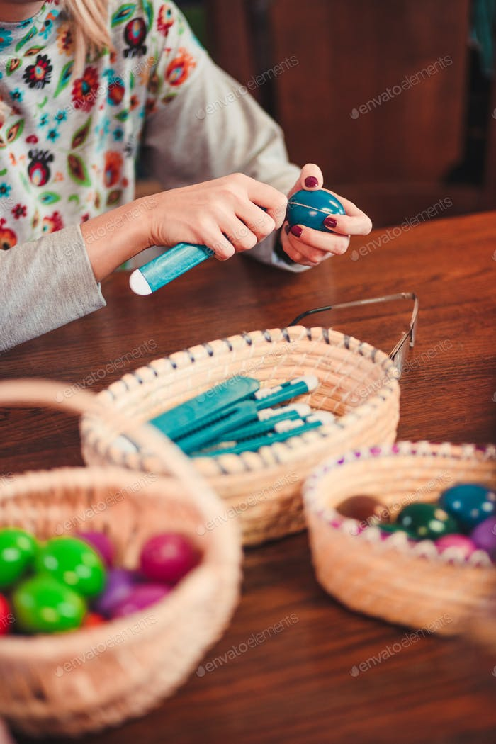 Workshops of decorating the Easter eggs by scratching patterns on dyed eggs