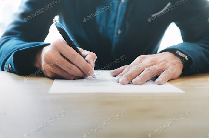 Geschäftsmann unterschreibt Kontakt.