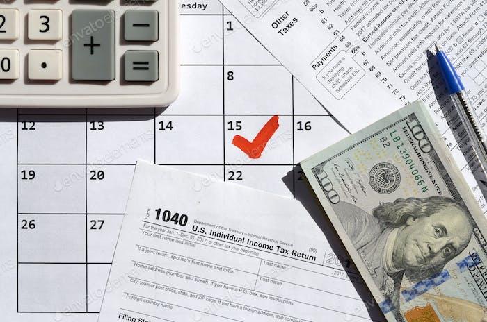 1040 Devolución del impuesto sobre la renta individual en blanco con billetes en dólares