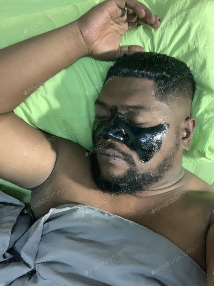 Un hombre con una máscara negra
