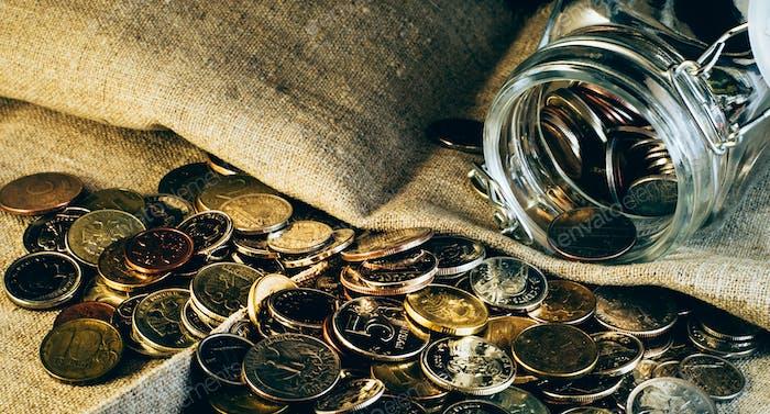 Muchas monedas en una pila. Tarro de monedas