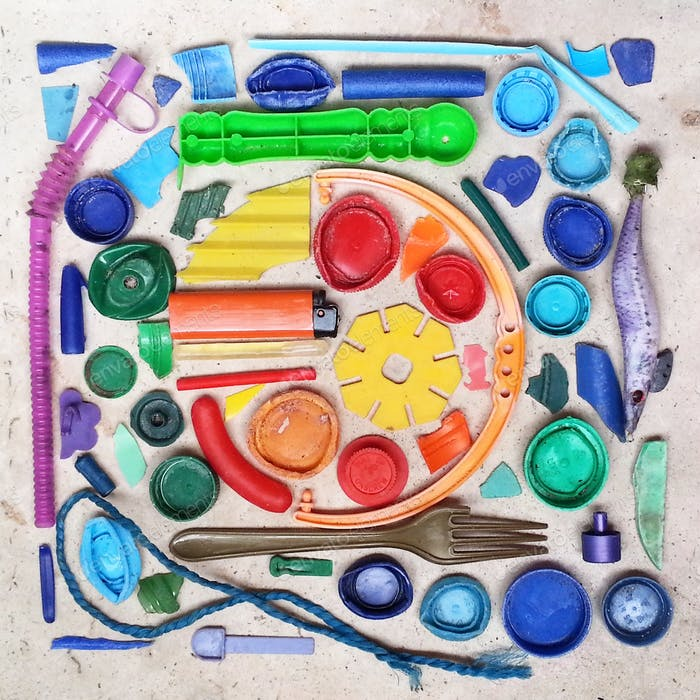 Plastik-Strandkunst mit unveränderten Objekten am Strand