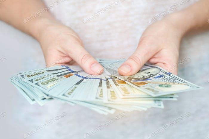Dólares americanos en manos, dinero en efectivo, papel
