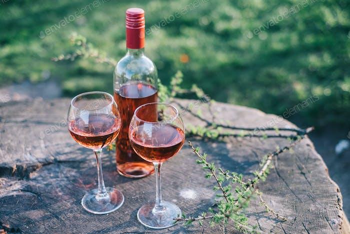 Flasche und zwei Gläser Rosenwein