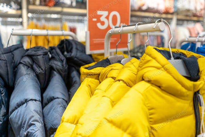 fila de invierno chaquetas grises y amarillas, 30 por ciento de descuento
