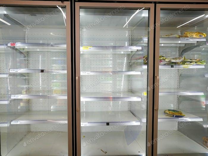 fast leerer Gefrierschrank im Supermarkt während des Coronavirus Covid 19 Lockdown