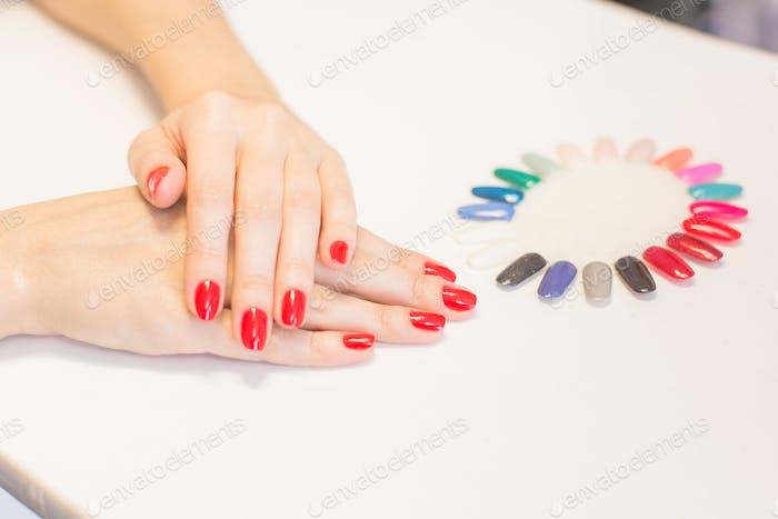 Nägel mit Farbpalette Nagelpflegesalon
