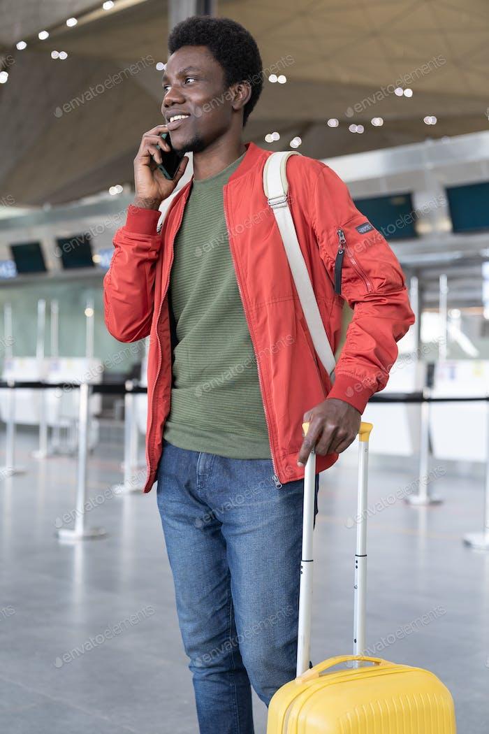 Afrikaner sprechen auf Telefonanruf, wenn er am Flughafen ankommt, in den Urlaub oder nach Hause kommt